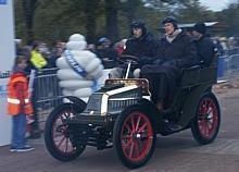 Das Opel Darracq-Team mit GM Europa-Präsident Carl-Peter Forster am Steuer beim London to Brighton Veteran Car Run 2005